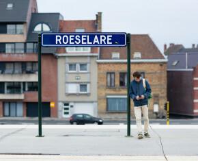 Foto van jongen met smartphone op perron Stad Roeselare - copyright Maarten Devoldere