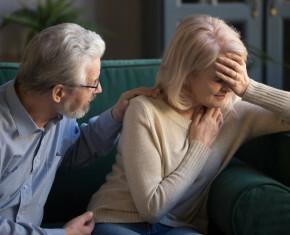 man met vrouw op zetel - luisterend oor
