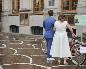 trouwend koppel op de fiets - beeld Marc Wallican