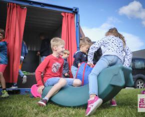 kinderen op wip bij speelcontainer