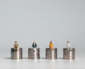 figuurtjes op stapeltje geld: subsidie