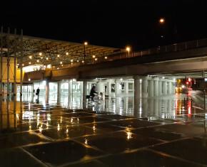 Toon vergrote weergave in een popup (stationsplein bij nacht)